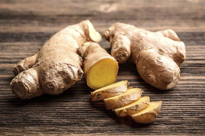 生姜には喉の痛みをやわらげる殺菌効果や体を温める効果があるので、風邪気味で喉がつらいときにピッタリの食材です。添加物が含まれている市販のチューブタイプの生姜のすりおろしよりも、生の生姜をすりおろして食べる方が効果と効能をしっかり得ることができますよ。