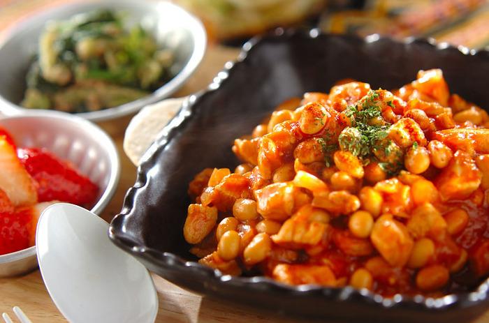 トマトジュース、固形スープの素、ウスターソース、ケチャップといったおうちにある調味料で味が整うチリコンカンレシピです。ヘルシーな水煮の大豆をたっぷり摂れて、健康的にも◎なレシピ。  とろりとした濃度がつくまで煮詰めるとまとまりやすく、食べやすくなります。