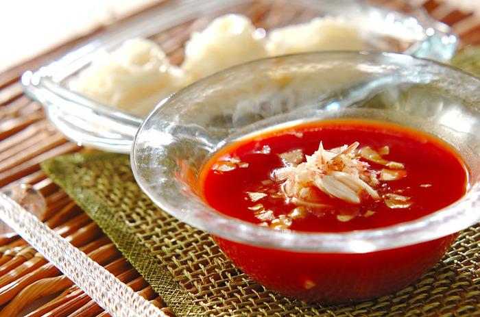 素麺も、トマトジュースと相性抜群。無塩のトマトジュースには昆布茶で風味をつけて、みりんと醤油で味を調えます。鶏のささみとみょうが、ガーリックチップを浮かべて、イタリアンと和のコラボが美味しいつけダレに仕上っていますね。  素麺に合わせるときは、このつけダレをキンキンに冷やしておくとより美味しくいただけます。