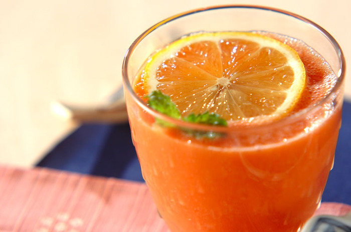 トマトジュースとパイナップル、ヨーグルトをミキサーで攪拌して作ったトマトパインジュースは、時間がない朝にもおすすめのひと品です。ほどよい甘味と酸味が加わって、デザートのようにもいただけます。  生のパイナップルが酵素が豊富でおすすめですが、無い場合は、100%パインジュースで代用してみるのもおすすめ。ミキサーなしで簡単です。