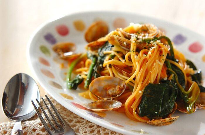 アサリとほうれん草が加わったトマトクリームパスタは、栄養バランスも良いひと品です。生クリームがほどよいコクをプラスして、食べやすいですよ。  殻ごとのアサリを使うので、カフェのように見栄えもよい仕上がりになりますね。