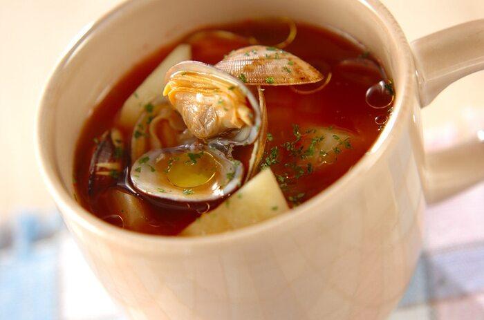 アサリと玉ねぎ、じゃがいもを入れたトマトスープは、タンパク質と野菜の両方を摂ることができるボリュームスープです。野菜をしっかり煮てから、アサリを入れることで身がふっくらと仕上がります。  仕上げにドライパセリをたっぷり振って、風味豊かに召し上がれ*
