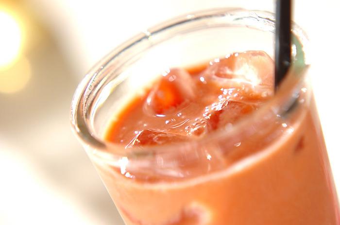 トマトジュースはそのまま飲んでも美味しいものですが、毎日、同じ味だと少し飽きてしまうことも。そんなときは、豆乳とはちみつを加えて、マイルドにしたトマトソイドリンクはいかがですか。クリーミーなテイストで飲みやすくなります。