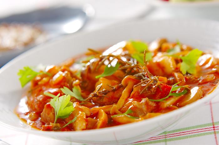 たっぷりの野菜と鶏肉、豚肉をトマトジュースで煮込んだカチャトーラ。鶏肉と豚肉は大きさを揃えるようにしてカットすると、味が均一に入っていき、美味しくなります。  トマトジュースとトマトの水煮缶をじっくりと煮詰めれば、食感がよくなり、絶妙な味わいに◎