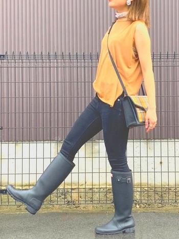 「HUNTER(ハンター)」の長靴で、雨の日だって軽快なお出かけスタイル。シックな黒なら、どんなファッションにも合いそうですね♪スキニーをINして履くとロングレインブーツの可愛さが引き立ちます。