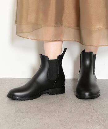 「green label relaxing(グリーンレーベルリラクシング)」のサイドゴアレインブーツは、すっきりとしたシルエットで女性らしい足元を演出。長靴のゴツゴツした感じが苦手…という方も取り入れやすいデザインです。