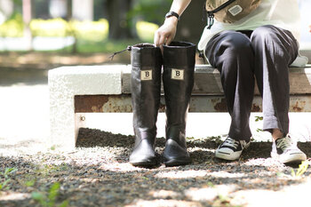 歩きやすさの秘密はフィット感。履き口を紐で調節できる仕様なので一日中歩くという日にもぴったりですし、寒さ対策としても効果的です。