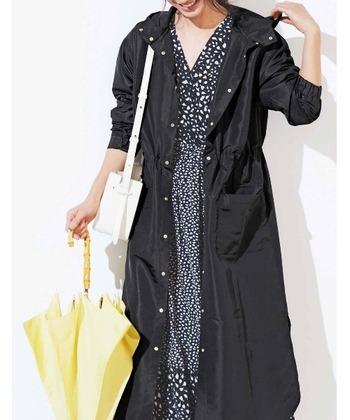 モッズコート感覚で着られるスタイリッシュなロングレインコート。おしゃれなコートかと思いきや、しっかりと雨対策ができる「IEDIT(イディット)」のレインコートです。