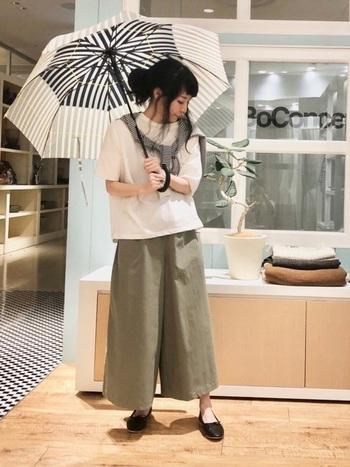 ナチュラルファッションでまとめた日には、傘はシンプルでおしゃれなものを。コーデ全体の色数が増えないようベーシックカラーがメインとなる傘に、ストライプ柄でアクセントを加える洗練された印象です。