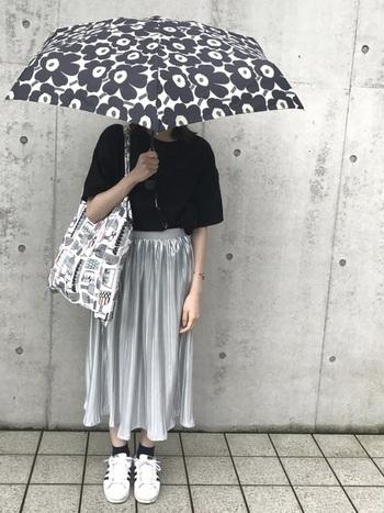 傘を主役にしたくなる「marimekko(マリメッコ)」のUNIKKO柄。モノトーンコーデも、ケシの花柄でパッと華やかになりますね。
