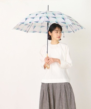 きれいなカラーの傘を引き立てるなら、コーデはベーシックカラーでまとめて。じめじめも飛んでいきそうな夏にぴったりの爽やかさです。