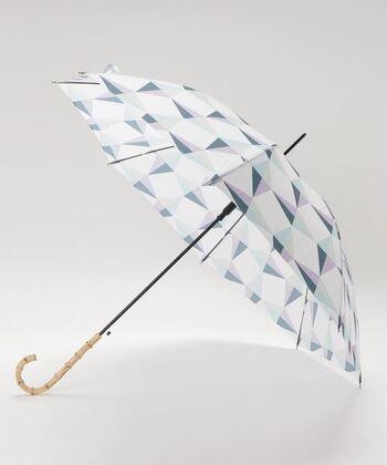 淡い色使いならコーデに取り入れやすいですね。こちらは竹製の持ち手がクラシカルな印象を与えます。傘をさしているときも、ささずに持っているときも、竹の風合いが優しく温かみがありますよ。
