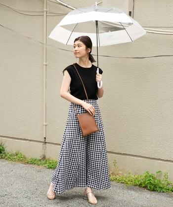 どんなコーデにも合わせやすく、けれど適当に持ってきたのではないというきちんと感も見せてくれるのがおしゃれなビニール傘。クリアな傘は抜け感も演出してくれます。
