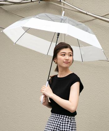 太く白い縁取りがされた「ameme(アメメ)」のビニール傘は、どんなお洋服とも合わせやすく重宝します。傘が主張し過ぎるのは苦手という方にもぴったり。シンプルですが、ブランドロゴが入ることで大人っぽい雰囲気です。