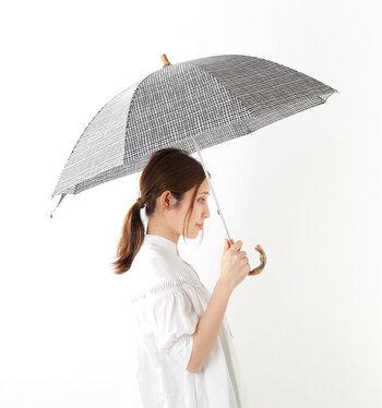 「Bon Bon Store(ボンボンストア)」の晴雨兼用長傘は、ドローイングチェックが大人かわいい印象。ギンガムチェックを手描きしたかのような揺れのあるラインが表情豊かです。