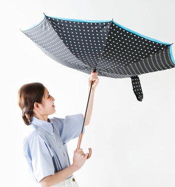 通常の傘と同じように使いますが、閉じると濡れた面が内側になる仕様なので濡れる心配もありません。車から乗り降りする際や、小さい子どもを連れたママのお出かけにも便利です。