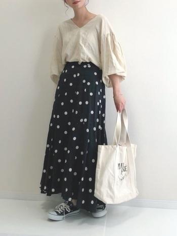 幼く見えがちなドット柄スカートは、デコルテラインが美しく見えるリネントップスを合わせることで大人っぽいスタイリングに。アクセサリーやスカーフなど首元のおしゃれで変化をつけても素敵です。