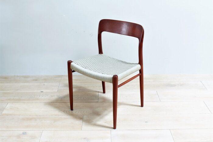北欧の代表的な家具メーカーであるジェイエルモラー社のヴィンテージチェア。無垢材を削り出して成型し、背面のカーブが特徴なこちらの椅子は、美しく有機的なデザインだけではなく、優しく包まれるような座り心地があります。また、高度な技術によって継ぎ目がほとんど目立たないことから、木の質感を肌で十分に感じることができます。