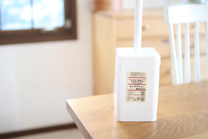 真っ白でシンプルなデザインのトイレブラシ。ブラシに硬さがあるので、ゴシゴシと力を入れて擦れるのが嬉しいポイント。使った後はブラシの水をしっかり切ってからしまうのがおすすめです。