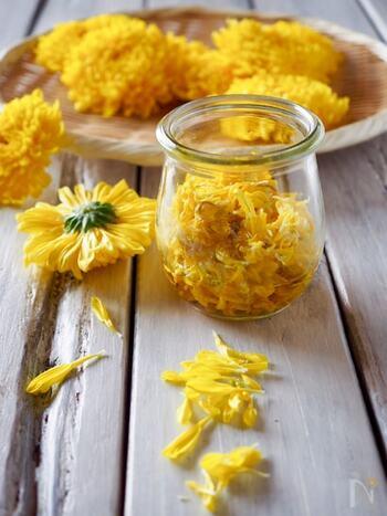 さっと茹でた菊に、レンジ加熱した甘酢をかけて完成の簡単レシピ。酢の物やサラダなどに和えたり散らしたりして、彩り豊かになります。 秋の味覚、食用菊は、ビタミンたっぷりで抗酸化作用もあり、積極的に食べたい食材。重陽の供物とされる、菊の花びらを浸した菊花酒もおすすめですが、甘酢漬けにするとより食べやすく便利です。