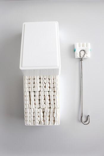 柄の部分をもっとシンプルにしたい、という方に人気なのが、無印良品やセリアのアイテム。もともとはスポンジを挟むトングですが、トイレブラシにもジャストフィット♪スリムで場所を取らずに収納できるのも◎