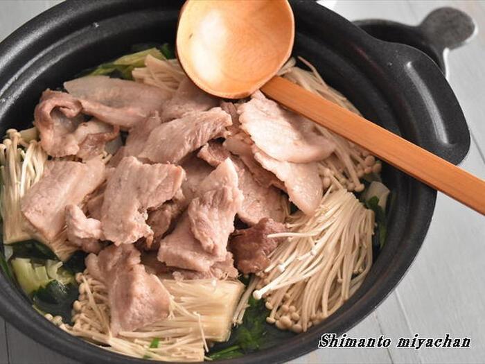 たっぷりのごま油で豚肉を炒め、煮汁と野菜を加えて煮込む鍋。濃厚なごま油の風味で野菜を存分に楽しめます。