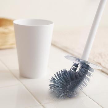 ブラシが曲がるので、便器の隅々まで届いて綺麗にできるアイテムです。水はね防止のカバーはケースのフタも兼ねています。ブラシは磨きやすいだけでなく、防カビ剤が含まれていて衛生的なのが嬉しいポイント。