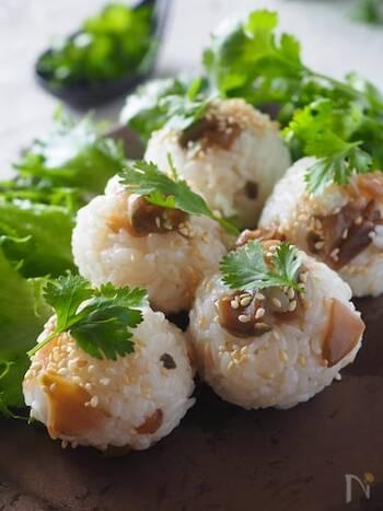 ザーサイとごま油を加えた中華風のおにぎり。ザーサイの食感がアクセントになり、いつもとちょっと違う味付けで何個でも食べられちゃいます。
