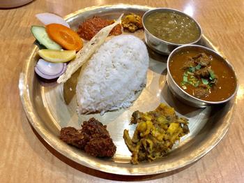 気軽にネパールの味を楽しむなら、ランチがおすすめ。カレーと「タルカリ」と呼ばれるおかずや「アチャル」と呼ばれるネパール風のお漬け物などがワンプレートに盛り付けられています。盛りだくさんで1,000円前後というコスパの良さも魅力ですね。