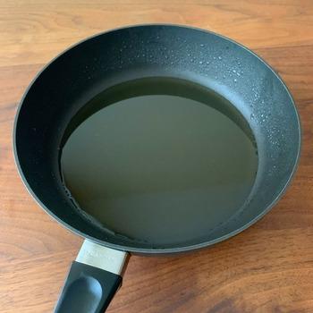 ごま油は油というだけあって、高カロリー。大さじ1杯で約111kcalあります。小さじの場合は約37kcalです。カロリーを意識して摂りたいですね。