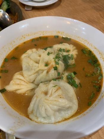 蒸した「モモ」のほかに、スープに入った「スープモモ」も食べてみたいひと品。スパイスの効いたスープがあとをひくおいしさです。油で揚げた「フライドモモ」もありますよ。
