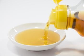 ごま油に含まれている栄養は、オメガ9脂肪酸のオレイン酸やオメガ6脂肪酸のリノール酸といった不飽和脂肪酸です。他にも、ビタミンEや、ごまの栄養として有名なセサミンも豊富に含まれています。