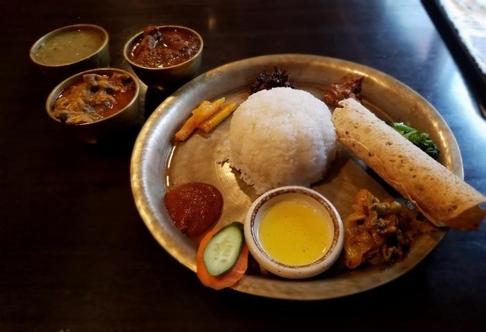 ランチの「ネパールローカル料理セット」は豆カレーのほかにラムやチキンなど数種類のカレーから2種類をセレクトし、トマトのお漬け物や「グンドゥルック」と呼ばれる青菜を発酵させたおかずなどがセットになっています。ネパールでは、カレーとおかずを少しずつ混ぜて食べるスタイルが一般的なので、試してみてはいかがでしょうか?