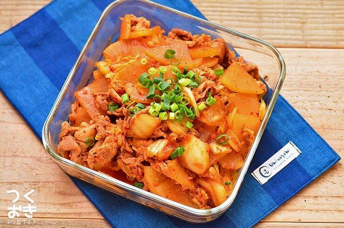 豚肉と大根をキムチと炒めた栄養たっぷりのレシピ。豚肉をフォークで刺しておくひと手間が、小間肉でも柔らかく仕上げるポイント。レンジで温めなおしても固くなりにくく、作り置きでもおいしく食べられます。大根は先にレンジで火を通しておくことで、食材に均一に火が通りますよ。