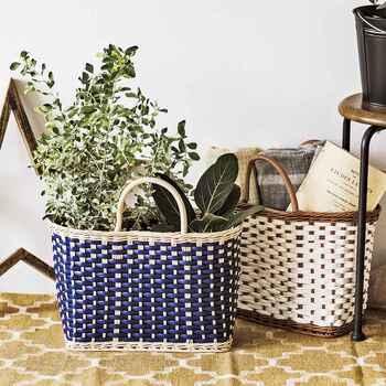 メルカドバッグ風のカゴは、お気に入りの鉢カバーが見つからない時には植物をそのまま入れたり、リビングのひざ掛け入れにもぴったり。取っ手が付いているので掃除をする際にひょいっと持ち上げることができて楽ちん。