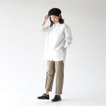 個性的なチャイナボタンの白シャツには、ベレー帽とチェックパンツを合わせると今年風なマニッシュスタイルに。お尻までしっかり隠せる長さのシャツでお腹周りをカバーしつつ、ふわっと女性らしい雰囲気に。アンクル丈で足首を見せてると着やせ効果と抜け感が出て◎