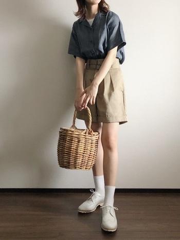 Dickies(ディッキーズ)のショートパンツに無印良品の開襟シャツ。すっきり清潔感のあるコーデはバランス感覚が肝。肌見せの配分やインナーの覗かせ方など大いに参考になりそうです。