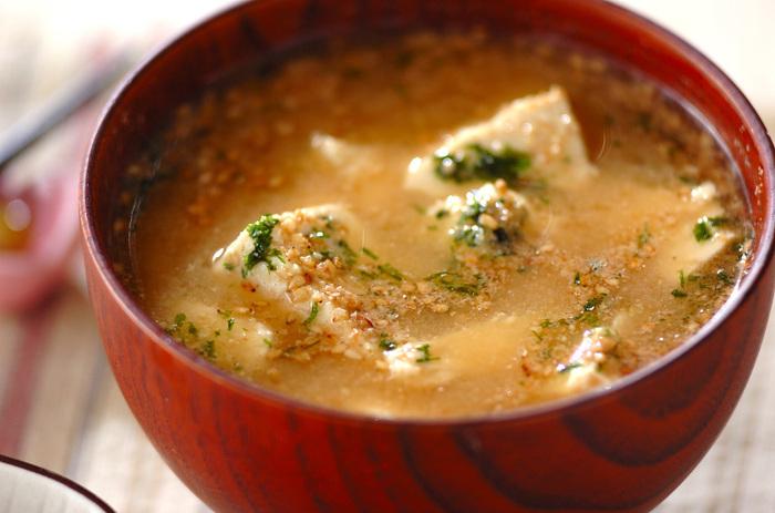 木綿豆腐をごま油で炒めてから作る味噌汁。仕上げに散らすゴマと青のりの香りも食欲をそそります。シンプルな具材でも満足度の高い味噌汁です。