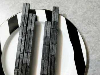 「HIGASHIYA man(ヒガシヤ マン)」の最中は、色と形がスタイリッシュなスティックタイプ。お箸のような細長い皮は、軽くてサクサクの食感です。竹炭を使った黒いものや、もち米を焦がさないように焼き上げた白いものなど数種類。
