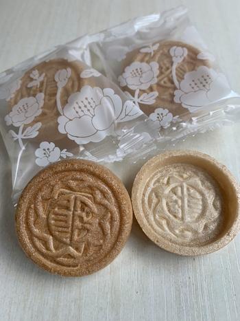 皮は滋賀県産のもち米「羽二重糯」を使っていて、香ばしく歯切れが良いのが特徴。皮と餡が別々に包装されていて、自分で挟んで作ります。
