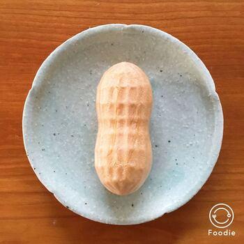 開けてみると、まるでピーナッツそのもの。ひと口で食べやすいサイズと、ころんとしたフォルムが何とも言えずかわいらしいですね。