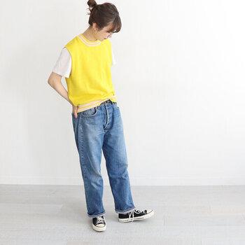 レモンカラーのニットベストに、白Tシャツをレイヤードしたカジュアルなコーディネートです。ボトムスはデニムパンツでシンプルな着こなしですが、パッと目を引くカラーのベストを取り入れるだけでハイセンスな印象に♪