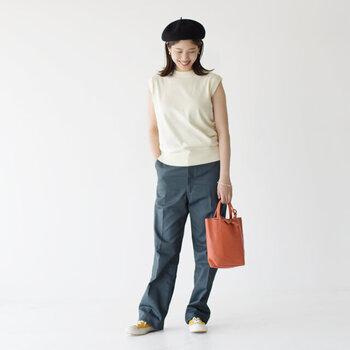 白のコットンニットベストに、ブルー系のパンツを合わせたコーディネート。ベレー帽やトートバッグでナチュラルな雰囲気にまとめつつ、足元はイエローのスニーカーでカジュアルダウン♪