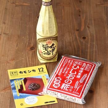 お味噌やお醤油の原型といわれる「醤(ひしお)」が作れるキットです。あまりなじみがない調味料に思えますが、そのままならお醤油のように、加熱するとお味噌のように使る万能調味料。  届いた「ひしおの糀」と書かれた醤麹とお醤油をご家庭にある瓶に入れたら仕込みは完了ですよ。