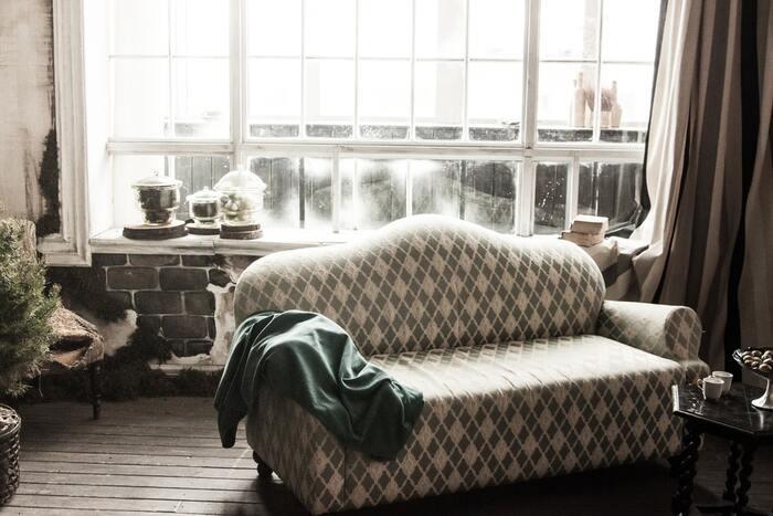 整理整頓するのは部屋も同じです。「今のうちに洗濯をしなくちゃ」と考えている時に、散らかった室内を見たら「掃除もしなきゃ」と思い、お皿が残ったシンクを見たら「洗い物もしなきゃ」と思って焦りが膨らんでしまいます。思い切って部屋を大掃除し、都度片してきれいな状態を保つのが理想です。