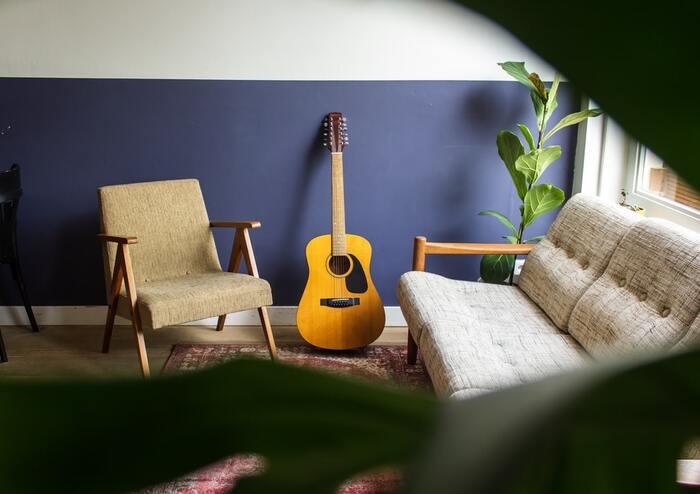 場所に紐付いていない行動も、予め場所を決めます。ギターはリビング、ヨガはベッドの横などのように。リビングに行ってギターに触れたら、自然とギター練習のスイッチが入るように習慣づきます。そのためにも、定位置に物を片す整理整頓を徹底しましょう。