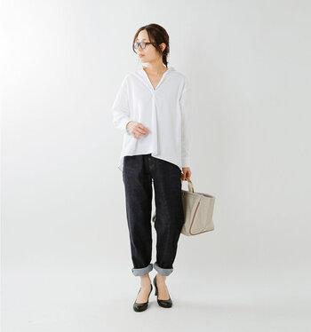 襟元をすっきりと見せてくれるスキッパーシャツは、ロールアップした濃い色デニムに合わせて大人カジュアルに。足元には黒パンプスを合わせることでIラインシルエットが出来上がり、スタイリッシュに見せられます。