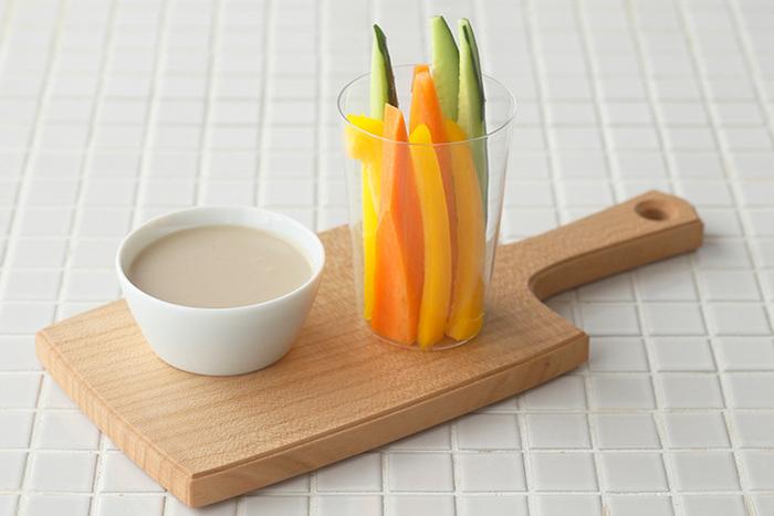 飲み物をいただくグラスとしての役割はもちろんのこと、細長くて薄い上品な作りは、カラフルな野菜スティックを入れる器にしても素敵。