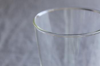 耐熱温度差120℃の耐熱ガラスを極限まで厚く使っているので、丈夫で割れにくく、電子レンジや食器洗い機にも対応していて、ミルクを温かくして飲みたい場合も、グラスにミルクをいれてレンジでチンできる便利さ。なのに、軽くて扱いやすいのも嬉しいポイントです。