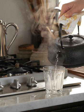 例えば直接熱いお茶なのを注いだり、氷をいれたグラスに熱いコーヒーを注いでアイスコーヒーを作ったりしてもOK!凸凹としたフォルムもキュートで手触りも◎。スタッキング収納もできるので省スペースで収納でき、しかも軽いので扱いやすく、食器洗浄器にも対応しているので使い勝手も抜群です。